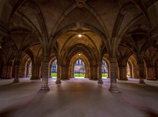 L'université de Glasgow, l'obscurité et la lumière
